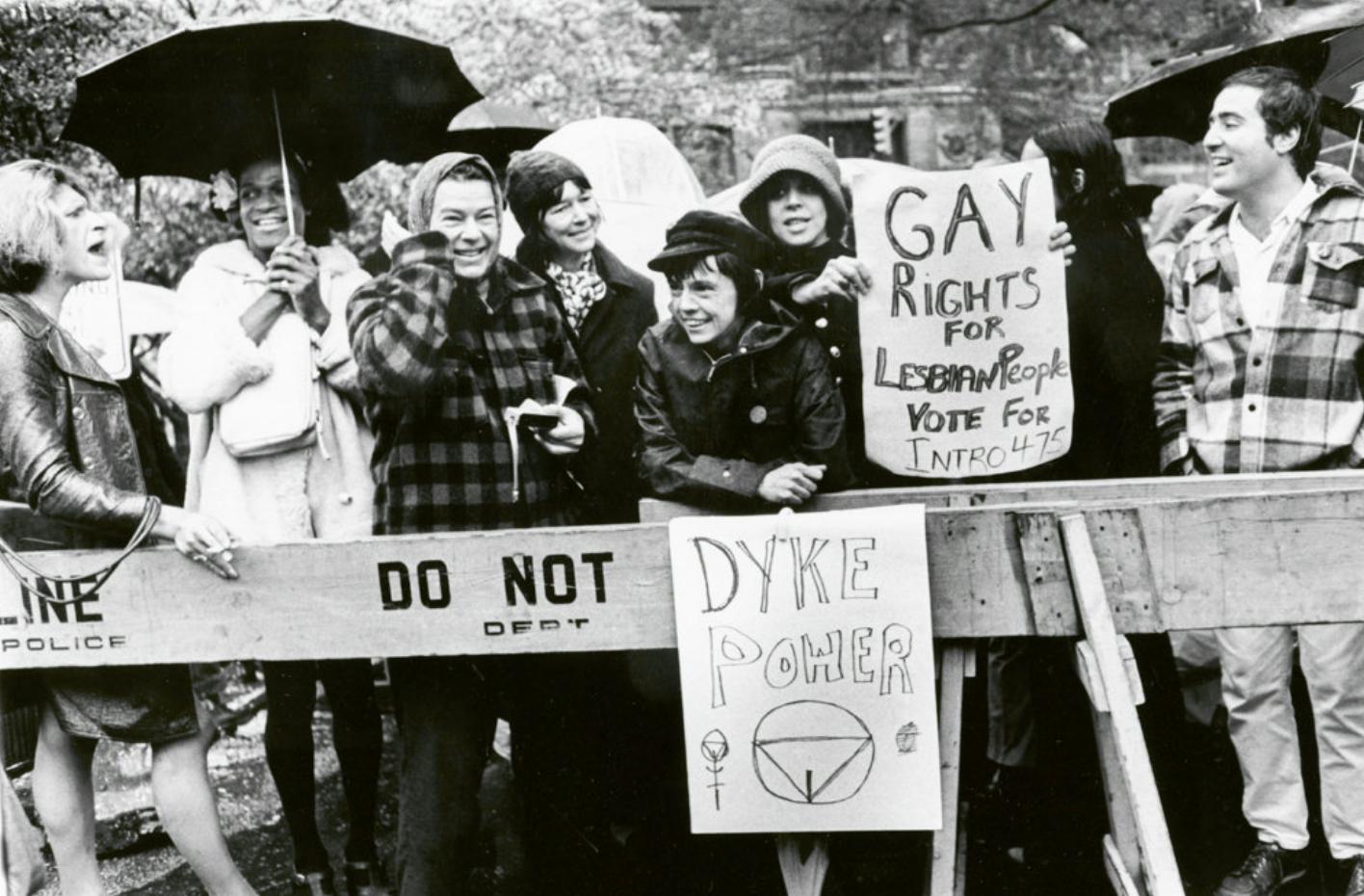 Image for Cette année, nous célébrons l'anniversaire des émeutes de Stonewall, à l'origine des Prides. C'était il y a combien de temps déjà ?